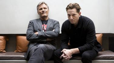 Viggo Mortensen spiller hovedrollen som Ben Cash i 'Captain Fantastic' instrueret af Matt Ross (th.). 'Filmen taler om fordelene ved samtale og ved at være enige om at være uenige og lytte til hinanden,' siger Mortensen.