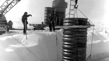 Både det grønlandske selvstyre, det grønlandske landsting og flere partier i Folketinget kræver besked om, hvordan problemet med det gemte og glemte affald fra USA's Camp Century skal håndteres i en tid med klimaændringer og smeltende is. Foreløbig er regeringen tavs