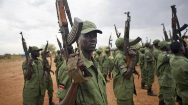 Sydsudanske soldater i en militærlejr, hvorfra de skal sikre hovedstaden Juba efter over to års krig.
