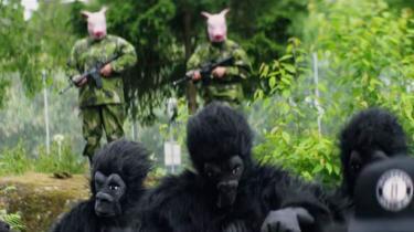 Svenske Labyrint rapper om 'den svenske ghetto-abe' og politiet, her med grisemasker, som tungt bevæbnet holder den på plads. Framegrab fra videoen til 'Apor i djungeln', der kan ses på Youtube