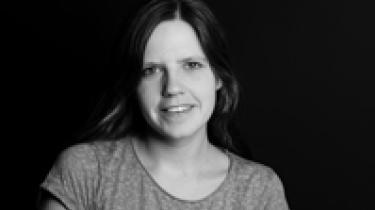 Anita Brask Rasmussen  Født 1980 i Glyngøre i Midt- og vestjylland og meget optaget heraf. Kulturjournalist – uddannet journalist, men selvlært kulturforbruger.