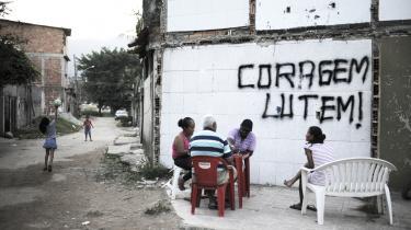 I São Paulo føler beboerne i favelaerne sig forfordelt. Pengene, der skulle gå til at forbedre livet i slumkvarterne, er i høj grad gået til Rio de Janeiro.
