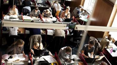 De studerende skal ifølge Uddannelses- og Forskningsministeriet studere på fuld tid. Erhvervsarbejde skal derfor lægges oven i de 43 ugentlige arbejdstimer, et fuldtidsstudie kræver.