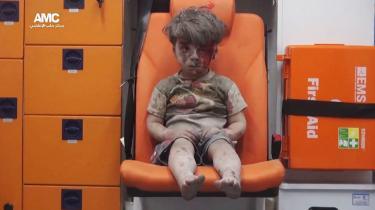 Hvilken verden er femårige Omran Daqneesh lige vågnet til? Det er mørkt udenfor, så måske har han været puttet i seng. På den anden side har han sine korte bukser på, så måske var han stadig oppe, da luftangrebet kom