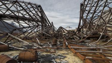 Fotografen Ken Bower, som har taget billeder af det amerikanske militærs affald på Grønlands østkyst, har startet sin egen underskriftindsamling for at få den amerikanske regering til at vedkende sig sit ansvar og sikre oprydning.
