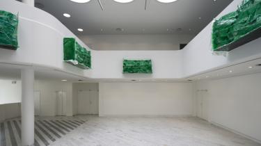 Tiril Hasselknippes balkoner har et slægtskab med den italienske samtidskunstner Rosa Barbas radioaktive søer i kortfilmen 'Bending to Earth' fra 2015.