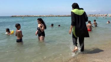 Burkinien er ikke et symbol på islam – den skal symbolisere friluftsliv, glæde og sundhed. Så hvem er værst i deres forsøg på at kontrollere kvinders krop og påklædning: franske borgmestre eller Taleban?