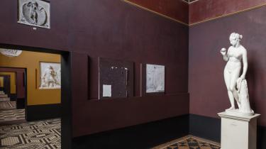 Marie Søndergaard Lolks malerier er diskret placeret i rummene, og deres farvesætning og indbydende beherskelse af materialerne får dem til at fremstå som frække og forførende replikker til Thorvaldsens kølige skulpturer.