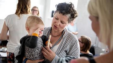 Forældre, som ikke lader deres børn vaccinere, er genstand for had og trusler på nettet – og de føler sig talt ned til af det etablerede system. På Frederiksberg afholder to homøopater kurser, som skal ruste forældrene til et liv uden vacciner. Information har været med