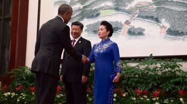 USA's præsident Barack Obama hilser på den kinesiske førstedame Peng Liyuan under sit besøg i Hangzhou, hvor Kina og USA ratificerede Parisaftalen lørdag.