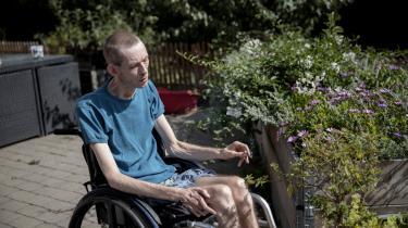 Dagen efter sin 25-års fødselsdagsfest i november 1997 fik Jan Skødsbæk det første attak af sklerose. Han bruger i dag cannabisolie, cannabis og skunk til smertelindring, og han mener også, at det holder sygdommen i dvale.