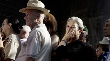 Græske pensionister står i kø til banken, hvor de maksimalt kan hæve 120 euro om ugen. Ifølge nobelprisvinderen Joseph Stiglitz kan det være i Grækenlands interesse at melde sig helt ud af euroen.