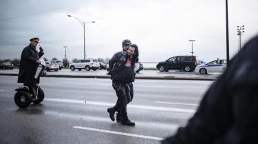 En demonstrant bliver anholdt under en lærerstrejke i Chicago den 1. april 2016. Lærerne kræver, at politikerne afsætter flere midler til undervisning.