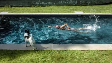 Ragnar Kjartanssons stillbillede 'The Pool' er en del af videoinstallationen 'Scenes from Western Culture' udstillet på CC på Papirøen i København.