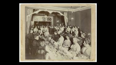 Møde i Kvindelig Læseforening i 1890erne. Foreningen eksisterede fra 1872 til 1962 og havde til huse i Gammel Mønt i København. I foreningens bibliotek havde kvinder adgang til litteratur og aviser, og i foreningens hotel og tea rooms blev der afholdt koncerter, store fester og foredrag. Borgerskabets kvinder, der tørstede efter viden og diskussion, kunne her mødes med hinanden, ligesom deres mænd havde for vane at mødes med hinanden i herreværelserne.