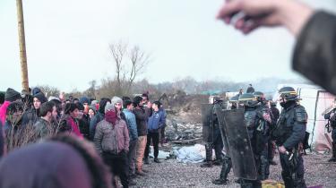 Uligheden vokser rundt om i Europa, og imens kommer de nødstedte og underprivilegerede hertil for at finde tryghed. EU møder dem med mure, hegn og kampklædt politi, som her ved rydningen af den uofficielle flygtningelejr 'The Jungle' ved Calais, Frankrig i starten af marts.