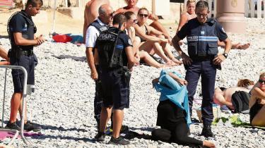 Forfatteren Christina Hagens karakter White Girl har været i Nice, hvor hun har overværet politiets håndhævelse af burkiniforbudet
