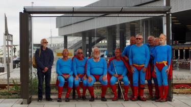 Når man først har fået den ind i hovedet, er det svært at slippe ideen om, at de 10 mænd på dette foto fra Aarhus Festuge alle kunne være gymnasielærere eller universitetslektorer