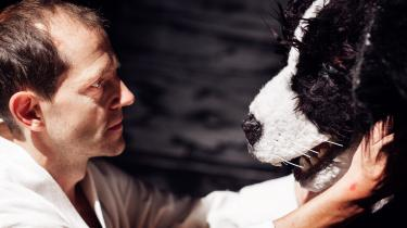 Nicolai Dahl Hamiltons stamcellebevarede udødelige kontrolfreak forsøger at gøre sin talende hund til sin fortrolige (Troels Thorsen iført hundehoved) i Claus Flygares begavede dramatisering af Kaspar Colling Nielsens fremtidsgyser 'Den Danske Borgerkrig 2018-24'.