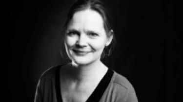 Tine Byrckel  Født 1960. Skribent og oversætter. Cand.phil. i filosofi og psykoanalytiker efter en lang rejse ind, hvor det gør rigtig ondt.