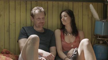 Patricias (Natalie Madueño) ankomst til swingerklubben får Adam (Martin Buch) til at vimse forpjusket og glad rundt. Og det klæder ham.