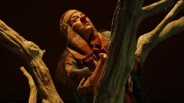 Hos Odin Teatret bliver alle mennesker reduceret til afhuggede hoveder i Eugenio Barbas brutale og betagende krigsforestilling 'Træet'.