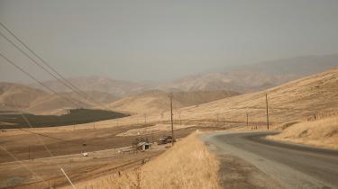 Californien blev erklæret i undtagelsestilstand i januar 2014, og i byerne er der endnu skilte, som opfordrer til at spare på vandet på skoler og institutioner, og på restauranterne er der ofte rationering på vand
