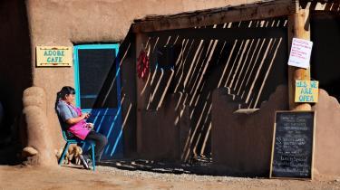 En af de ældste nordamerikanske bydannelser ligger i New Mexico og hedder Taos. Her har Tiwa-folket boet i omkring 1000 år, mens skiftende kolonisatorer fra Europa har kæmpet om byen, der med sin placering i bjergene langs Rio Grande har virket som magnet på kunstnere og hippier