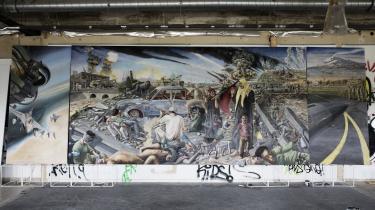 Forsvaret bestilte i 2011 tre malerier af den danske forsvarskrigsindsats gennem de seneste ti år. Den ene af kunstnerne, Simone Aaberg Kærn, blev taget af opgaven, fordi hendes skitser ifølge forsvaret viste en forkert side af krigen. Nu har hun malet billedet færdigt. Det billede af krigen i Libyen, som Forsvaret ikke ønsker at se.
