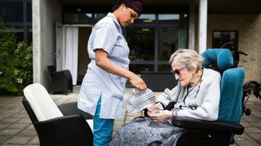 Hvor man før i tiden tog personligt ansvar for sine ældre familiemedlemmer, er ældrepleje i dag noget, som de fleste udliciterer til det offentlige. Den udvikling, mener professor Thomas Ploug, kan være en medvirkende faktor til, at nogle ældre ser sig selv som en byrde og derfor ikke ser noget formål med deres liv.