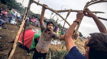 Flygtninge sætter telt op i Horgos-lejren på grænsen mellem Serbien og Ungarn. Og flygtninge er anledning til og hoved i Ungarns folkeafstemning søndag.