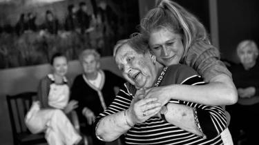 Dansen frisætter de ældre mennesker i NextDoor Projects plejehjemsforestilling 'Happy End'.