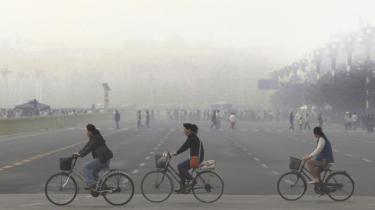 Kina har lagt sig i selen for at nedbringe CO2-udledningen. Men problemer med overkapacitet i den kinesiske elforsyning, politisk styrede elpriser samt uhensigtsmæssige fordele for kulkraftværker kaster skygger over Kinas klimamål
