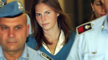 Amanda Knox bliver eskorteret til retten i Perugia i juli 2013. Ny film fortæller historien om Amanda Knox og hendes italienske kæreste Raffaele Sollecito, som både dømmes og frikendes to gange for mordet på Meredith Kercher.