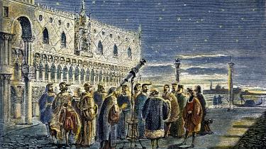 Jorden ville stadig rotere om Solen, selv om vi abonnerede på en teori om Jorden som universets centrum. Men i samfundsforhold er det afgørende, at vi også anerkender ideen bag en sandhed, for at acceptere den – uden det opstår der en idemæssig krise. Her demonstrerer Galilei astronomiske observationer i Venedig i 1609