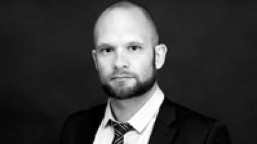 Mette Frederiksen bruger sin popularitet og status som 'ægte' socialdemokrat til at føre partiet væk fra den hovedlinje, der har været dominerende de seneste 30 år. Villy Søvndal  forsøgte samme nummer i SF. Det kostede dyrt
