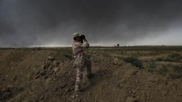 En irakisk soldat står uden for byen Qayyarah, som er blevet en vigtig mellemstation for hæren op til operationen mod Mosul. Mosul var byen, som for alvor placerede Islamisk Stat på landkortet, men nu ser det ud til, at IS snart bliver fordrevet fra den