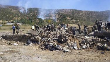 Tyrkiske soldater inspicerer en udbrændt bil, efter at den er blevet sprængt i luften af militante kurdere i nærheden af et militært checkpoint ved Semdinli i det sydlige Tyrkiet. Kampe mellem den tyrkiske regering og kurdiske PKK i det østlige Tyrkiet er blevet hverdag og har drevet tusinder på flugt.