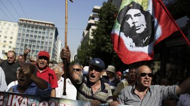 I det centrale Athen protesterer græske pensionister mod nedskæringer. Også byens små erhvervsdrivende føler sig ramt af reformerne