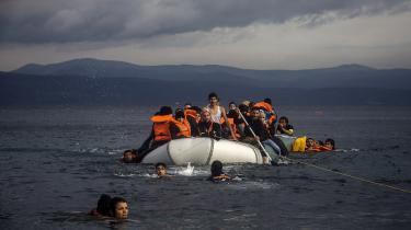At tillade en krise af Syrien-krigens karakter at udvikle sig så betændt på tærsklen til Europa har forudsigeligt nok spillet en afgørende rolle i at rive kontinentet fra hinanden, skriver Peter Harling. Her ankommer syriske flygtninge til den græske ø Lesbos.