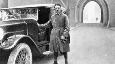 Hitler fotograferet efter løsladelsen fra fængslet i Landberg, hvor han skrev første del af 'Mein Kampf'. Hovedarten af den blev dikteret til hans medindsatte Rudolf Hess.