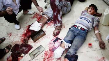'Bare inden for de to sidste uger har der været omkring 150 luftangreb, der har dræbt 400 mennesker, heriblandt 106 børn, og hver dag bliver omtrent 150 mennesker såret,' fortæller lægen Hamza al-Khatib fra Jerusalem Hospitalet i Aleppo. Her er det et billede fra sårede efter et angreb på Aleppo i 2012.