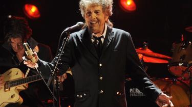 Årets modtager af Nobelprisen i litteratur, Bob Dylan, har hele tiden været forud for sin tid, samtidig med at han som ingen anden har været bevidst om traditionen. Han er 75 år gammel, men stadig ung i den forstand, at han holder fortiden i live og fornyr nutiden – med fremtiden visionært indskrevet. Som Asger Schnack skriver i dette portræt, er han simpelthen en stor digter