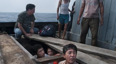Dette værkThe Unseen Road to Asylum af Barat Ali Batoor handler om den farlige rejse, som de etniske hazaraer i Pakistan og Afghanistan begiver sig ud på for at undslippe forfølgelsen i deres hjemlande. Smuglere indkasserer 15-20.000 USD for overfarten til Indonesien og videre til Australien. Den vanskeligste del af rejsen starter i Thailand. Her går færden gennem den tætte jungle, hvor bådene entres, og rejsen til intetsteds begynder.