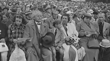 I et dansk perspektiv nævner Per Stig Møller forfatteren Martin Andersen Nexø og hans værk Pelle Erobreren som eksempel på en intellektuels indflydelse på arbejderbevægelsen i det 20 århundrede. Her hyldes Nexø på hans 70 årsdag i Fælledparken i København i 1939.