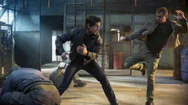 Tom Cruise (tv.) kan stadig tage imod og dele øretæver ud i rollen som den tidligere militærmand og problemløser,Jack Reacher,i Edward Zwicks 'Jack Reacher: Never Go Back'. Foto: UIP