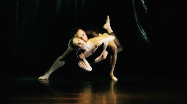 Gudrun Bojesen prøvede kræfter med Jiri Kylians moderne, danselige kropssprog i 'Silk & Knife' i 2007 – her med Thomas Lund som partner.