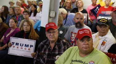 USA's valg er blevet en kamp mellem den håbløse udkantsamerikanske lavtuddannede og storbyens symbolanalyserende øvre middelklasse. Ingen af de to klasser er så slemme, som modparten gør dem til. Til gengæld er de begge dårlige til at lytte