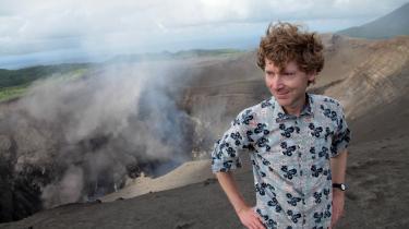 Vulkanologen Clive Oppenheimer ved krateret af en af de vulkaner, han elsker at studere og fortæller om i Werner Herzogs nye film, 'Into the Inferno'. Foto: Netflix
