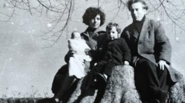 Billedet fra 1960 viser Liz Jensen som baby, hendes søster Esther og forældrene Valerie Corcos og Neils Rosenvinge Jensen.
